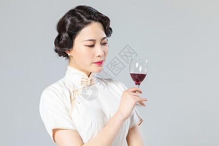 旗袍女性品酒图片