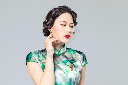 旗袍女性带耳环图片