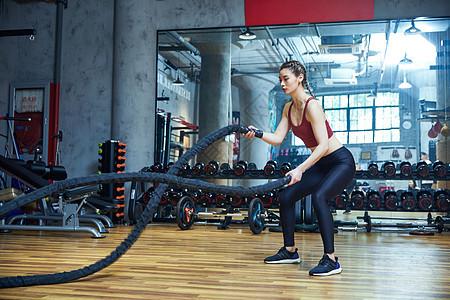 在健身房健身的女性图片