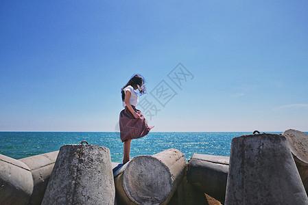 美奈海边的少女侧影图片