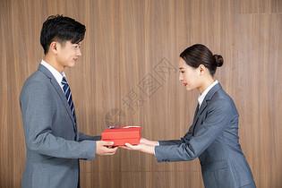 商务人士送礼物图片