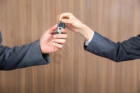 商务人士送车钥匙图片