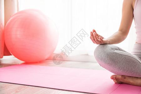 女性瘦身运动冥想特写图片