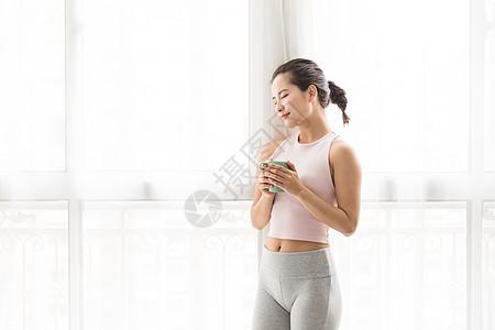 健身美女拿水杯图片