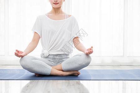 女性瑜伽冥想特写图片