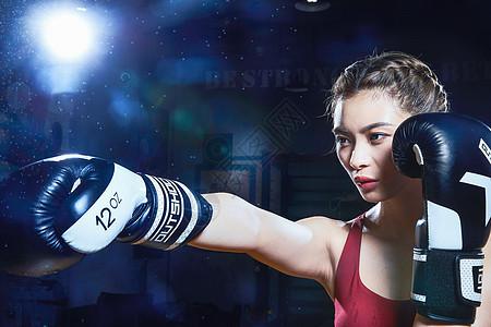 女性拳击运动员打拳图片