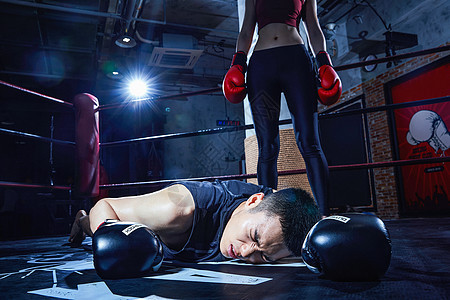 男性拳击运动员被打败图片