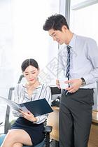 年轻商务人士在讨论工作图片