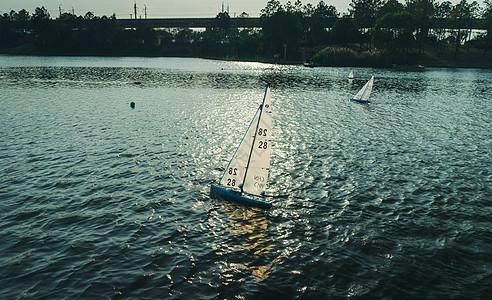 扬帆起航的小船图片