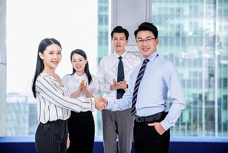 商务人士在会议室握手图片