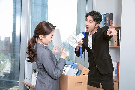 老板拿着喇叭对女职员大喊图片