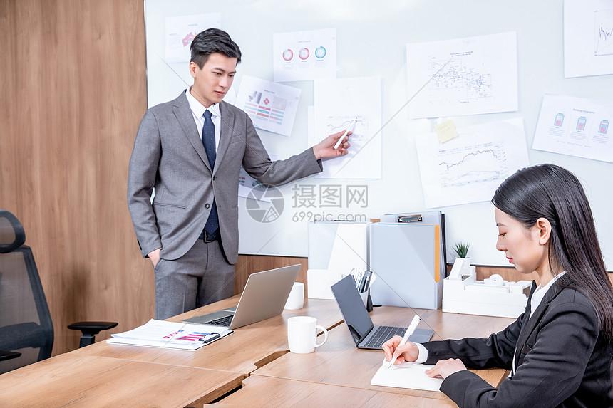 商务白领在办公室开会图片