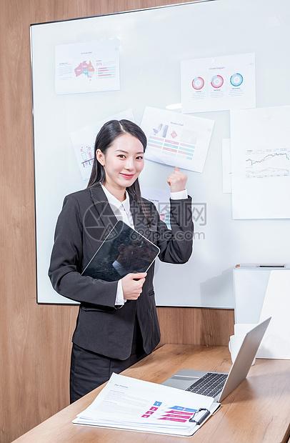 商务女性办公总结图片