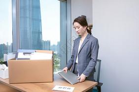 职场女性离职整理物品图片