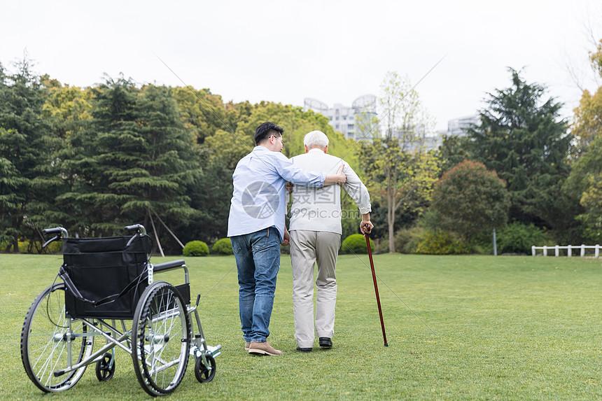 老年父子散步图片
