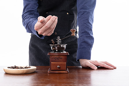 咖啡师研磨咖啡豆图片