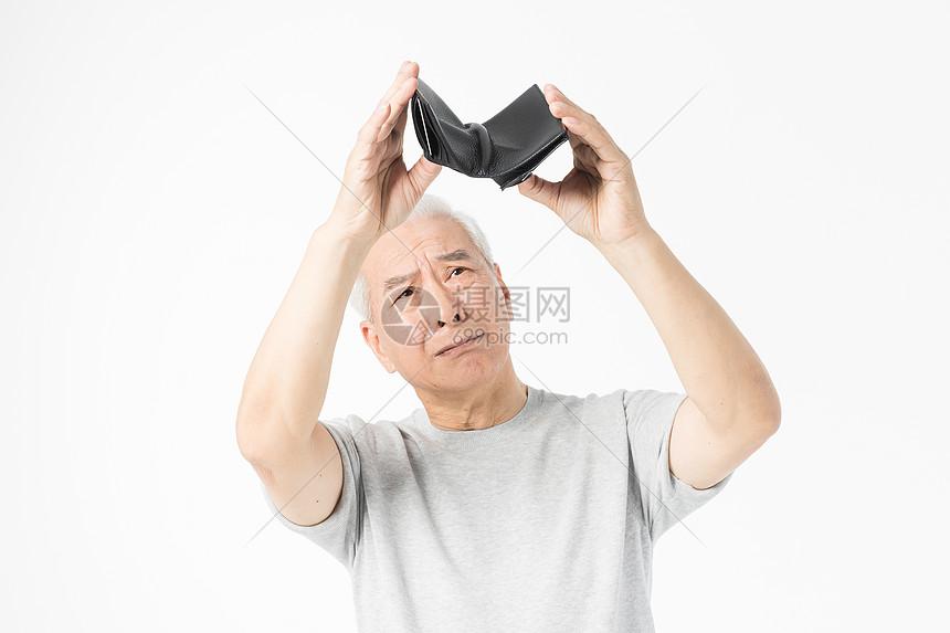 老年人掏钱包图片