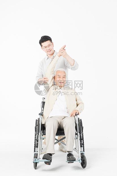 老年父子轮椅陪伴图片
