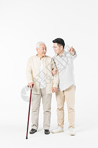 老年父子出门散步图片