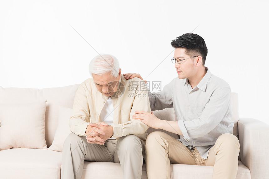 老年父子安慰对方图片