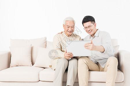 父亲节老年父子看笔记本图片