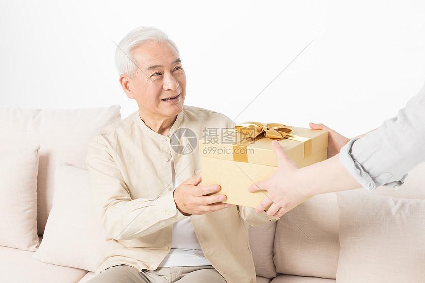 老年父子送礼特写图片