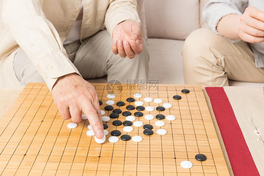 老年父子下棋特写图片