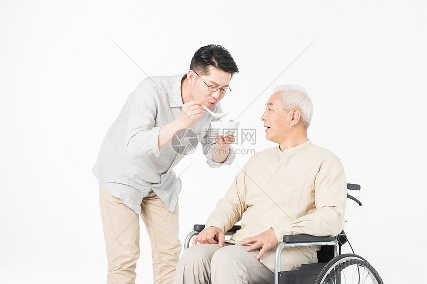 老年父子轮椅上喂食图片