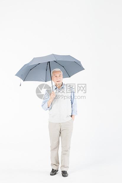 老年人撑伞图片