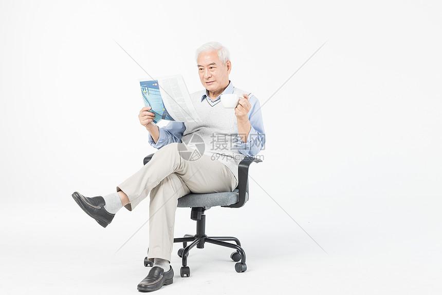 老年人看书图片
