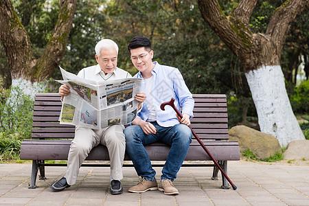 老年父子看报纸图片