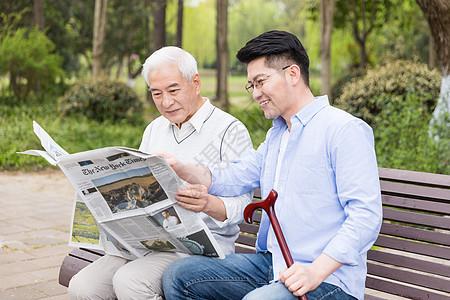 父亲节老年父子看报纸图片