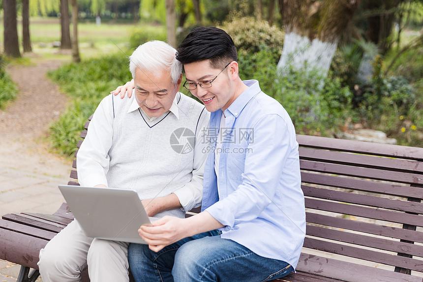 老年父子看笔记本图片