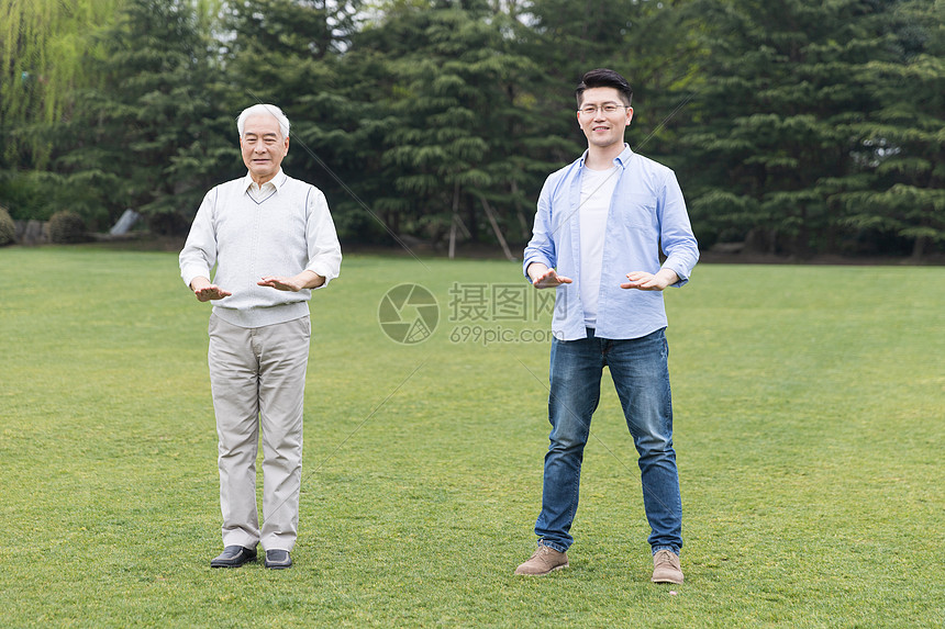 老年父子锻炼图片