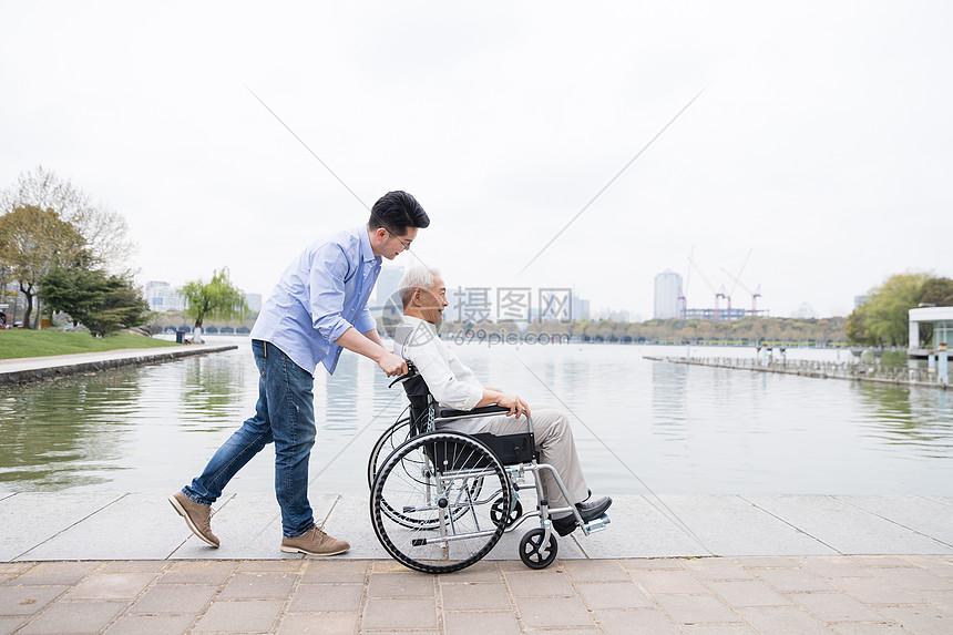 老年父子推轮椅图片