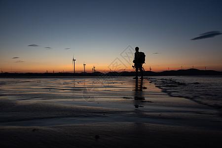 日落沙滩人物剪影图片