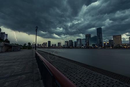 阴天乌云建筑群图片