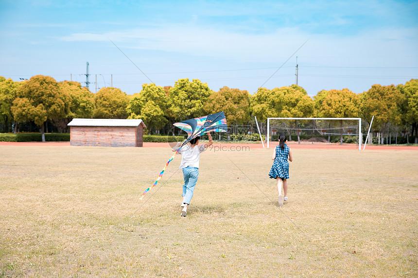 儿童操场放风筝图片