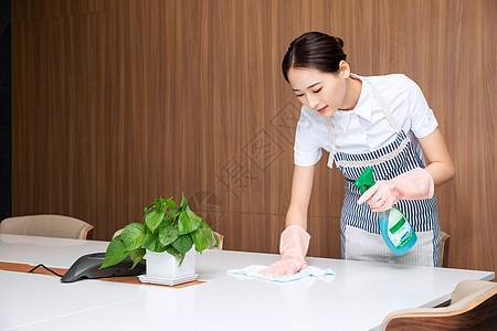 保洁人员清洁办公桌图片