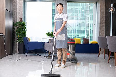 保洁人员清洁地板图片