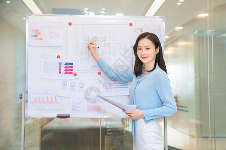 女性白领做商务报告图片
