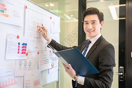 男性白领做商务报告图片