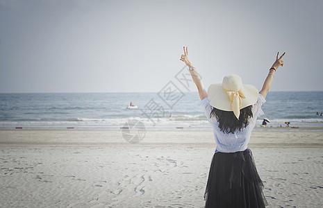 海边女孩游玩开心背影图片