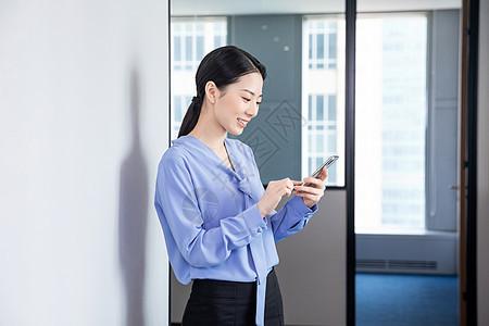 女性白领玩手机图片