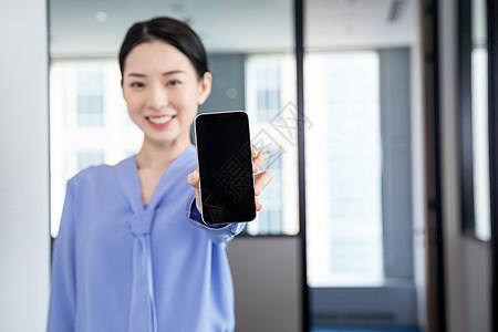 女性白领展示手机图片