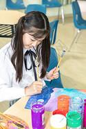 小女孩画画图片