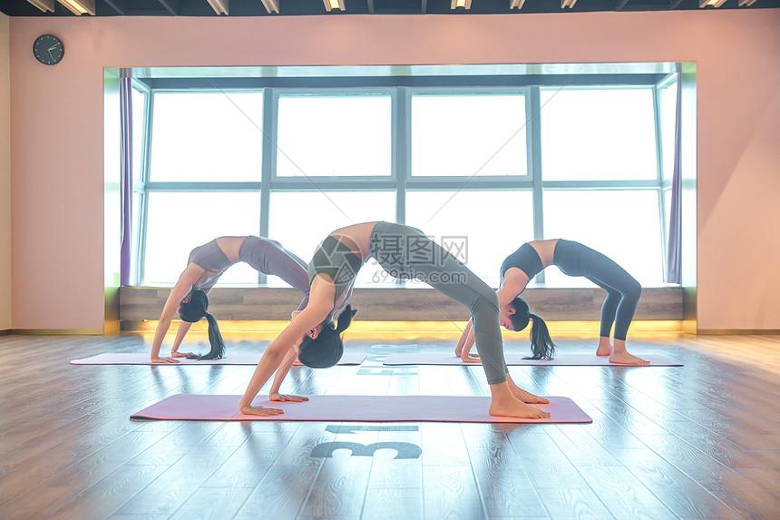 女性瑜伽锻炼图片