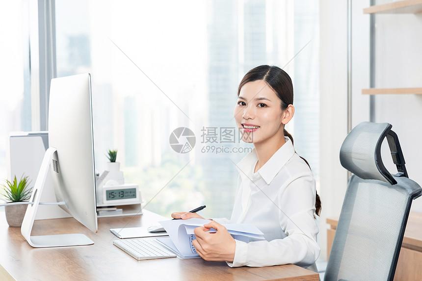 商务女性办公室办公图片