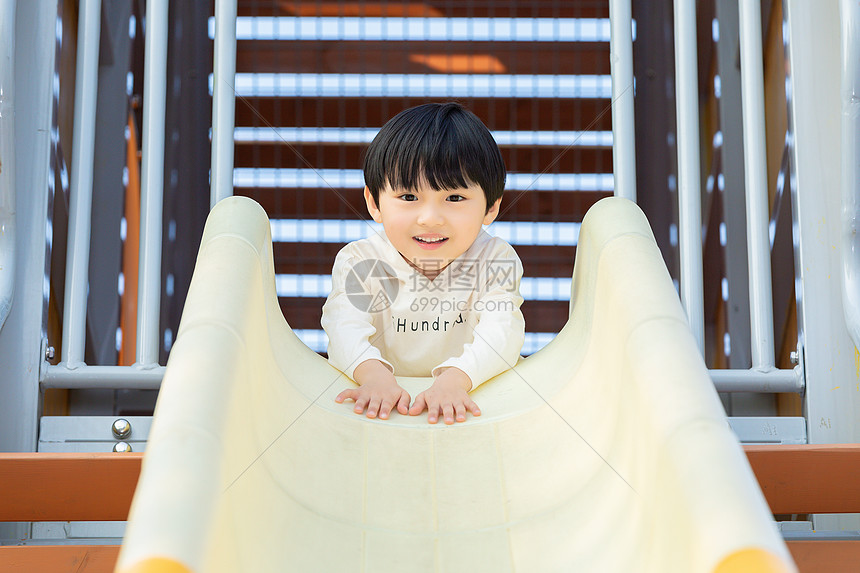 儿童节小男孩游乐园游玩图片