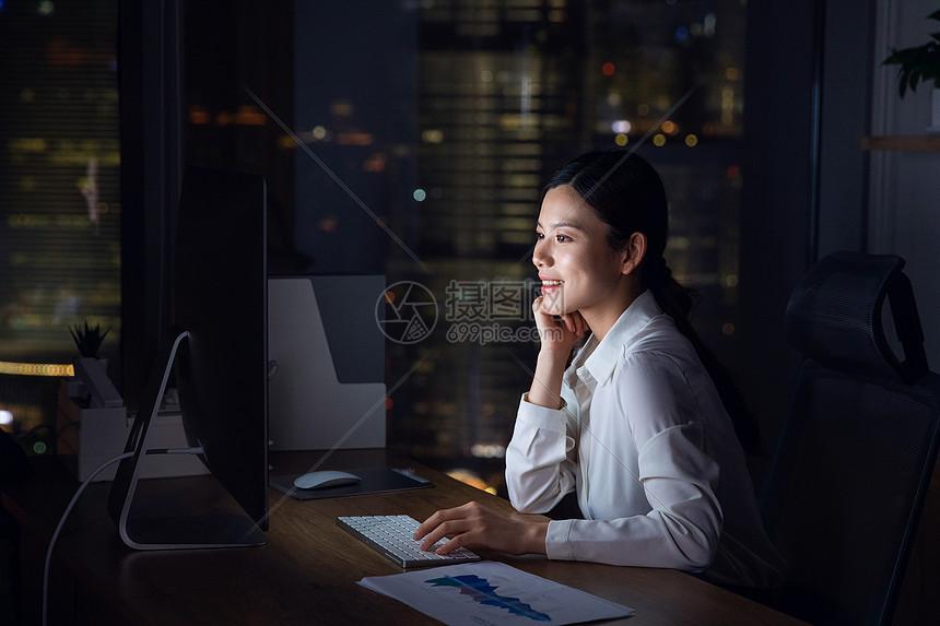 职场女性加班图片